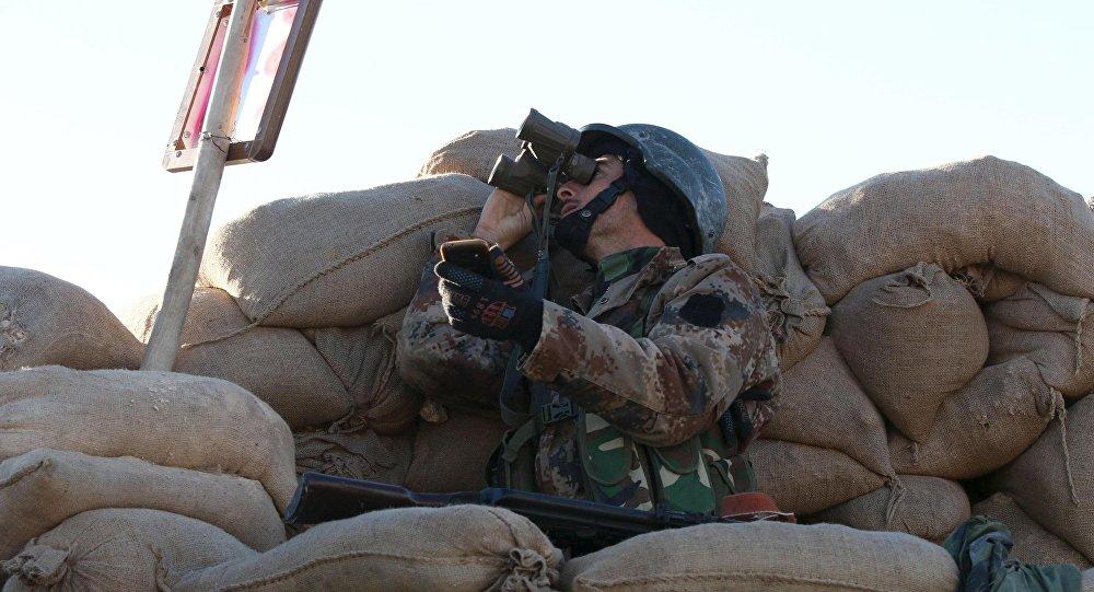 Kurdyjski powstaniec w mieście Sindżar na północy Iraku