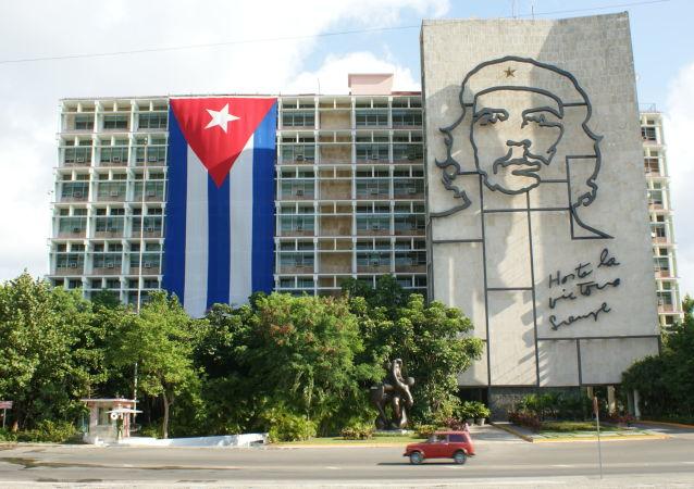 Portret Che Guevary na jednym z budynków w Hawanie