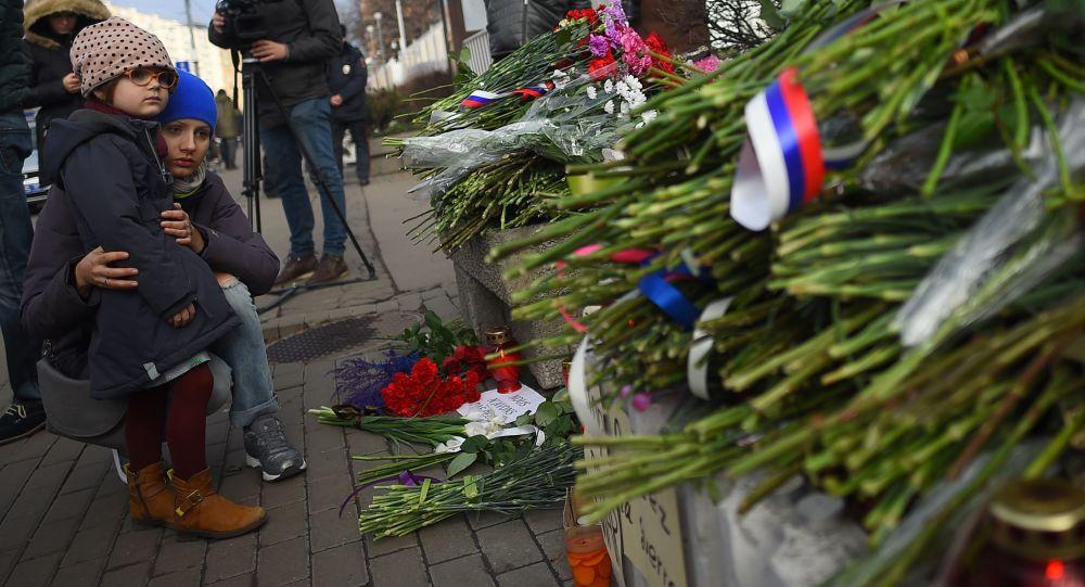 Kwiaty pod ambasadą Francji w Moskwie