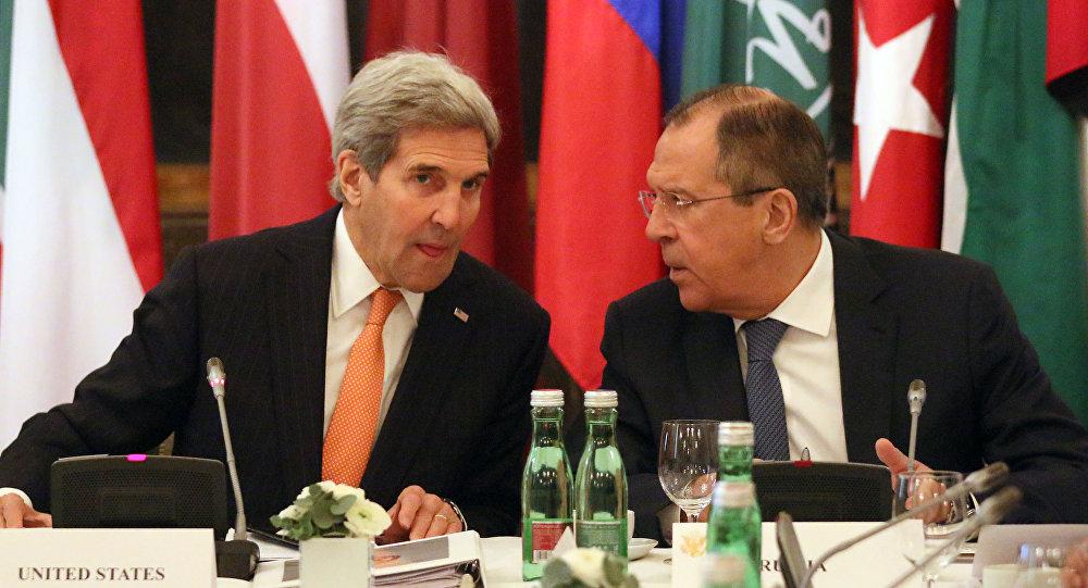 Minister spraw zagranicznych Rosji Siergiej Ławrow i sekretarz stanu USA John Kerry podczas rozmów w Wiedniu