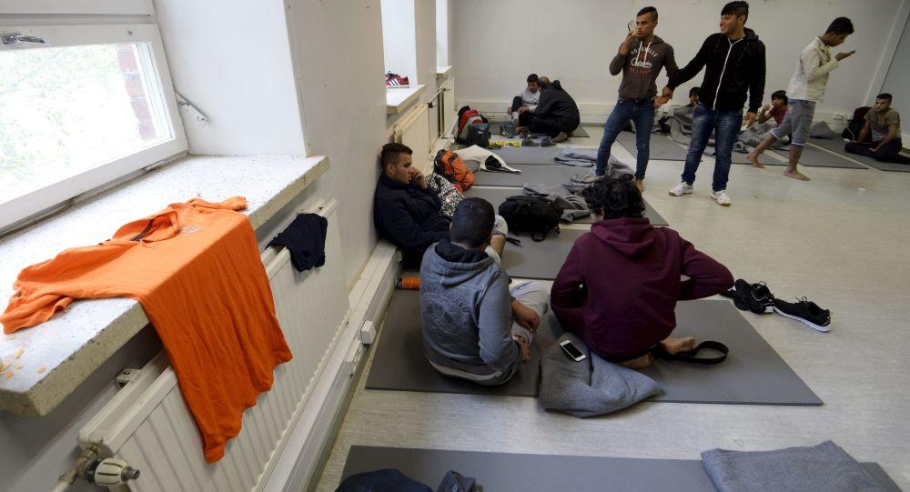 Imigranci w ośrodku dla uchodźców w fińskim mieście Lahti