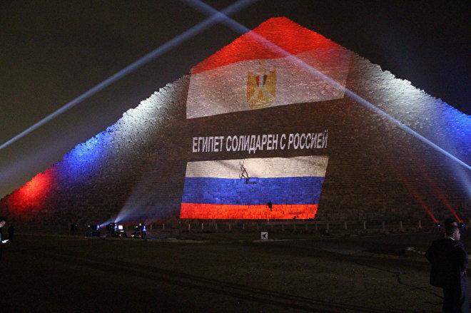 Egipcjanie oświetlili piramidę Cheopsa flagami Rosji, Francji i Libanu