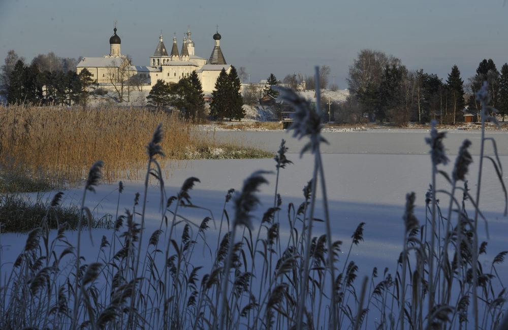 Widok na Monastyr Terapontowski w wiosce Terapontowo w obwodzie wołogodzkim