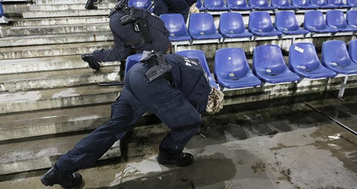 Policjanci przeszukują stadion w Hanowerze