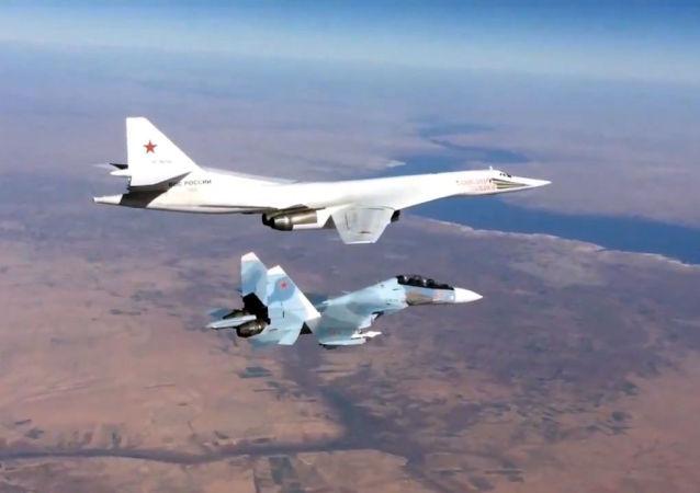 Myśliwiec Su-30SM eskortuje samolot bombowy Tu-160 Sił Powietrzno-Kosmicznych Rosji w Syrii