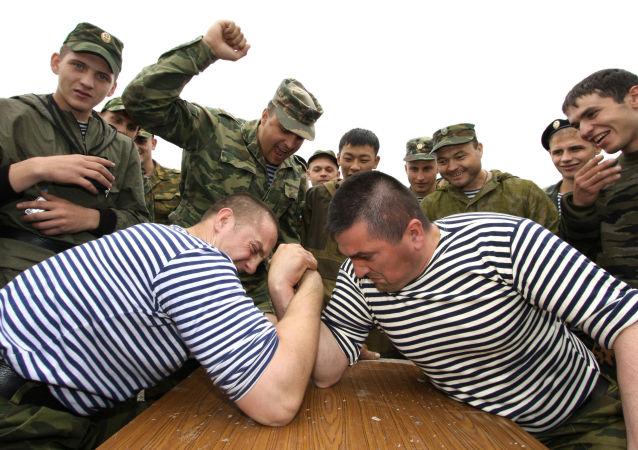 Piechurzy morscy podczas zawodów w siłowaniu się na rękę