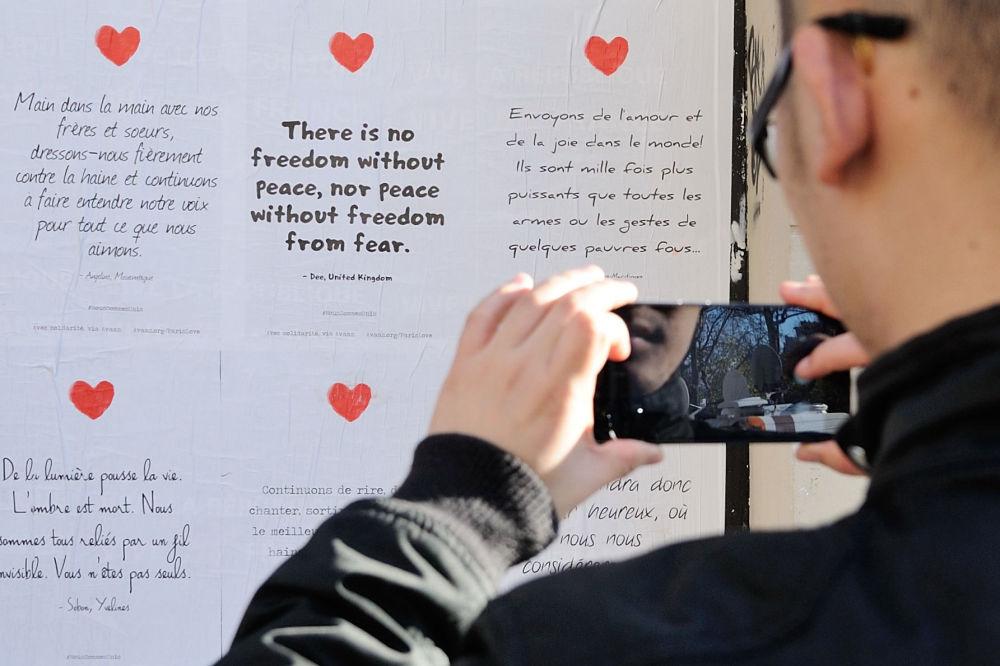 Reklama wspierająca Francuzów po zamachach w Paryżu