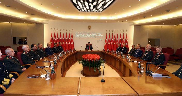 Premier Turcji Ahmet Davutoğlu i tureccy dowódcy wojskowi na corocznym posiedzeniu Najwyższej Rady Wojskowej w Ankarze