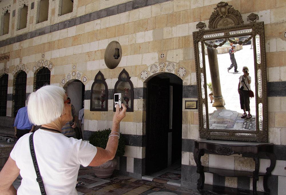 Turyści zwiadzają zabytki Starego Miasta w Damaszku
