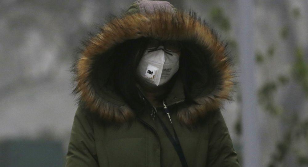 Chinka spacerująca w masce