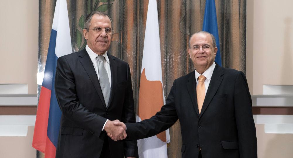 Minister spraw zagranicznych Rosji Siergiej Ławrow i minister spraw zagranicznych Cypru Ioannis Kasoulides w Nikozji