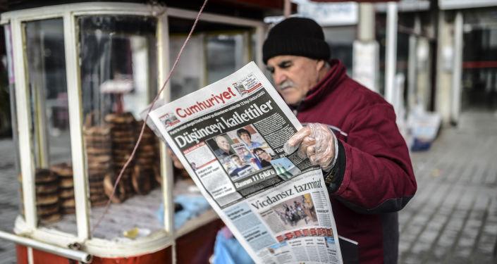 Człowiek czyta gazetę Cumhuriyet w Stambule