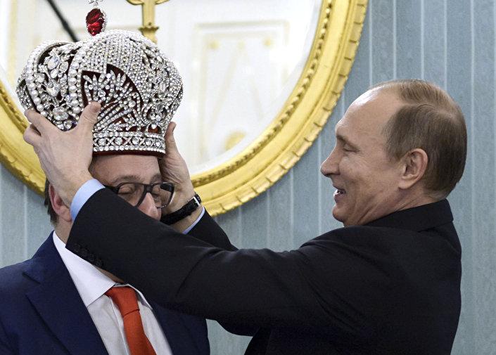 Kierownik artystyczny Teatru Estrady Giennadij Chazanow wręczył prezydentowi Rosji Władimirowi Putinowi kopię rosyjskiej korony cesarskiej