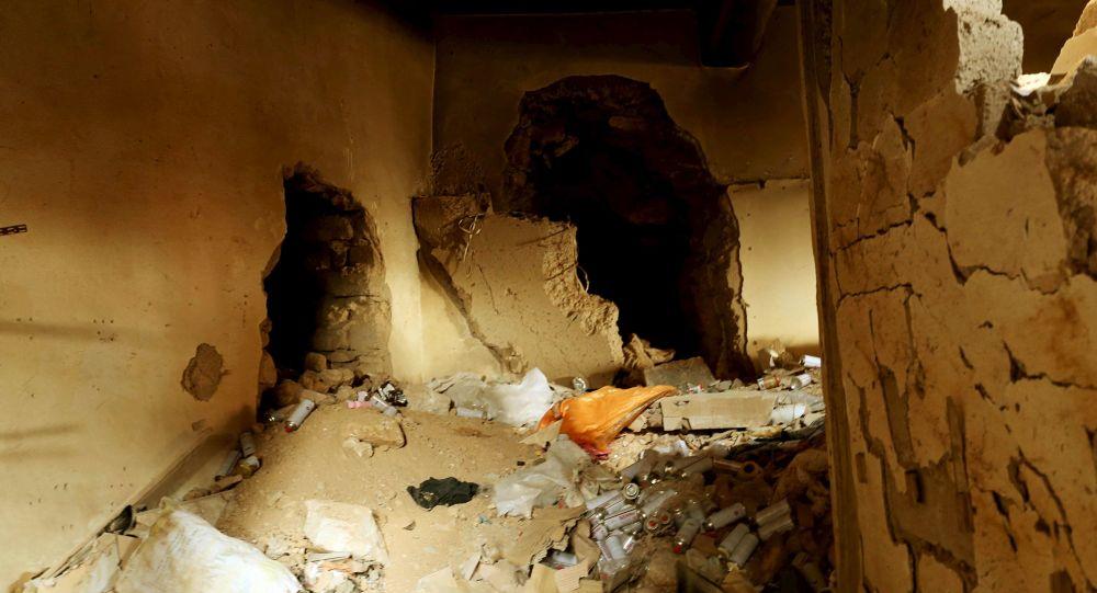 Podziemny tunel, wykopany przez bojowników Daesh (PI) w Sindżarze