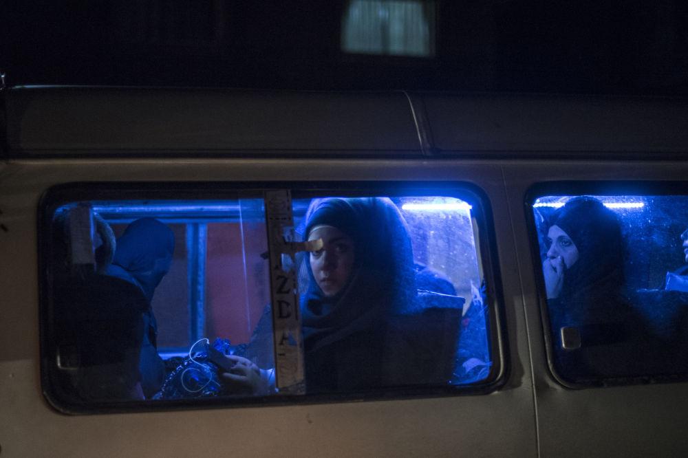 Kobieta w jednym z autobusów w Damaszku