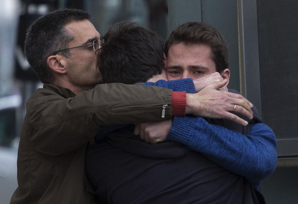 Krewni ofiar katastrofy lotniczej 24 marca 2015 na lotnisku Barselony