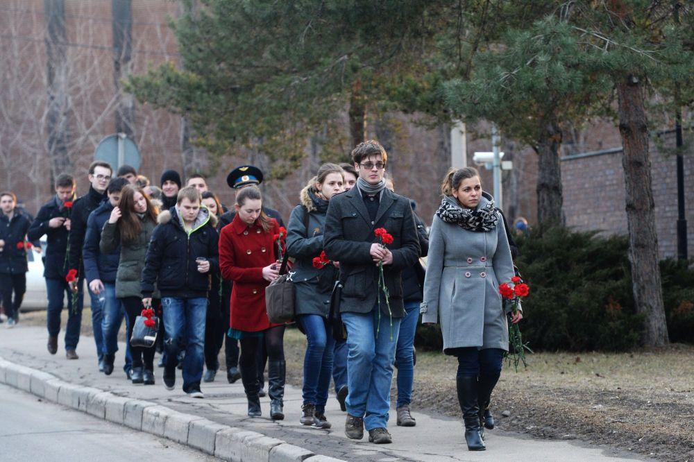 Mieszkańcy Moskwy niosą kwiaty pod ambasadę RFN