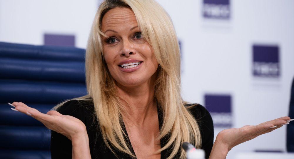 Aktorka i modelka Pamela Anderson na konferencji prasowej w Moskwie