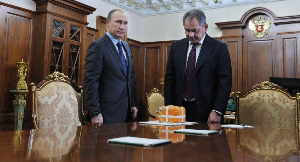 Prezydent Rosji Władimir Putin i minister obrony Siergiej Szojgu na Kremlu