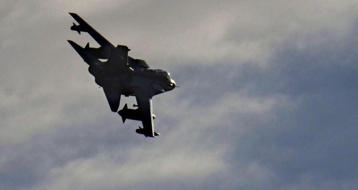 Samolot rozpoznawczy Tornado schodzi do lądowania