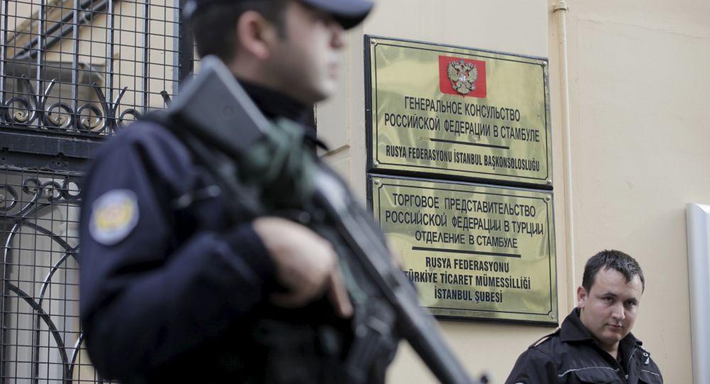 Policjant przed budynkiem konsulatu Rosji w Stambule