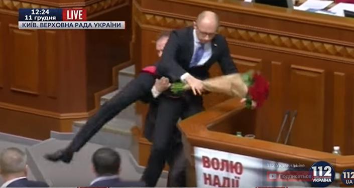 Arsenijowi Jaceniukowi podarowano bukiet róż i ściągnięto z trybuny