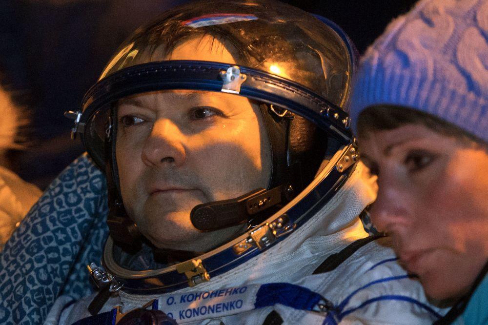 Rosyjski kosmonauta Oleg Kononienko po wylądowaniu załogowego statku Sojuz TMA-17M