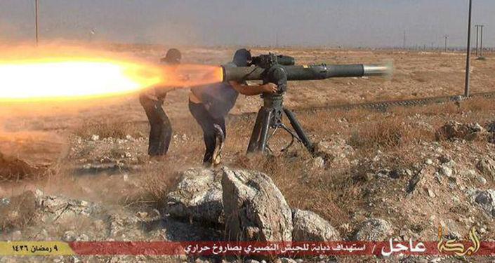 Bojownicy Daesh strzelają rakietę przeciwczołgową w pobliżu miasta Hassakeh na północnym wschodzie Syrii
