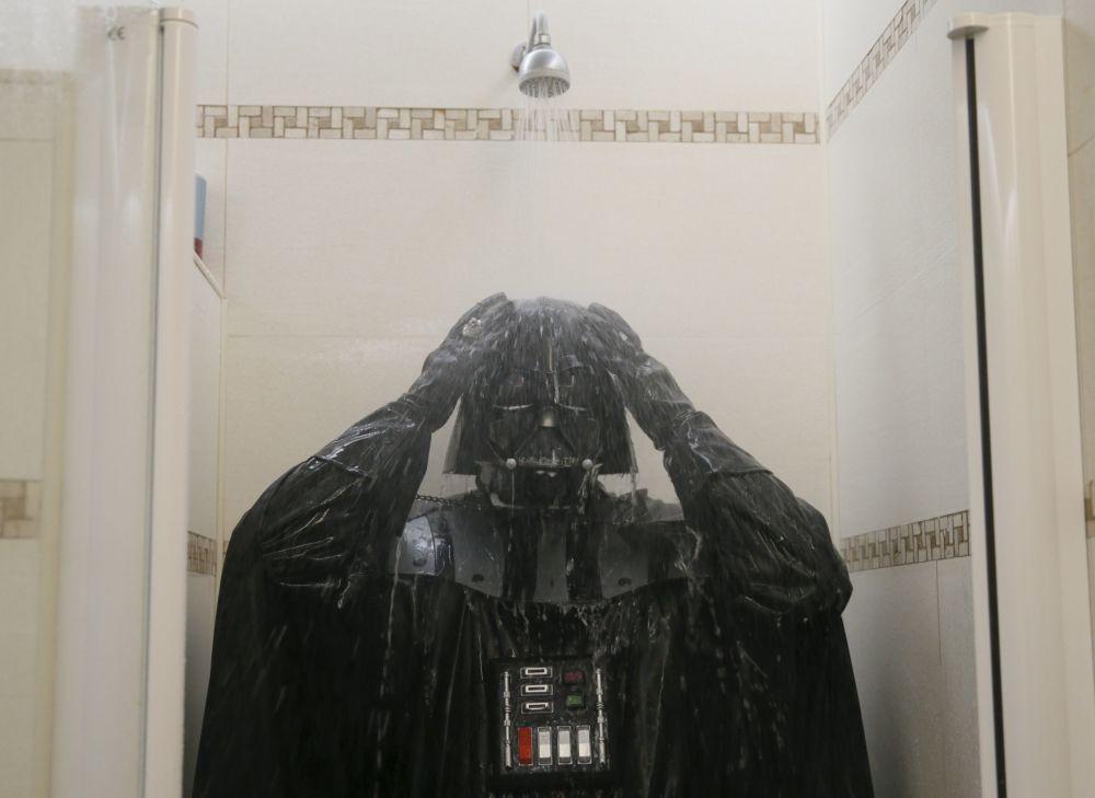 Prysznic Darth Nikołajewicz bierze w pełnym ekwipunku - w masce, stroju i czarnym płaszczu.