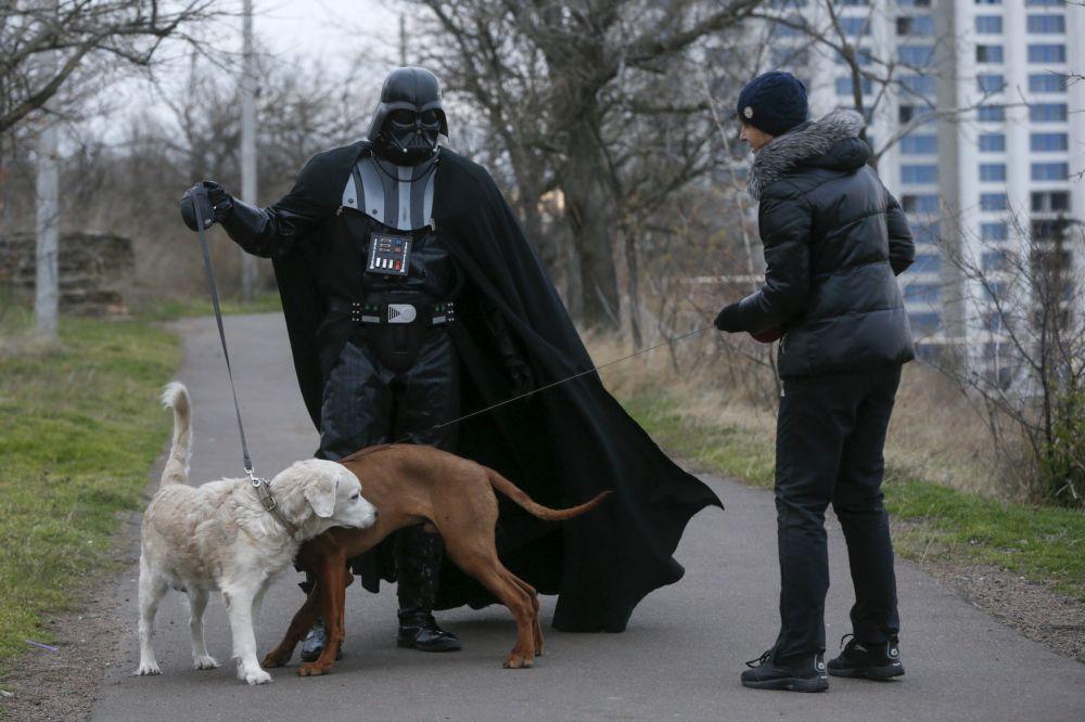 Niezwykły wygląd Dartha Vadera nie straszy mieszkańców Odessy ani ich psów.