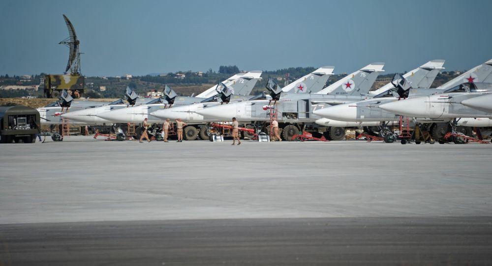 Bombowce Su-24 w bazie lotniczej Hmeimim w Syrii