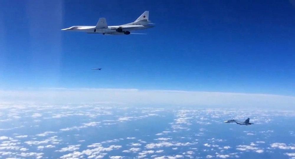 Rosyjskie myśliwce Su-30SM i bombowiec strategiczny Tu-160