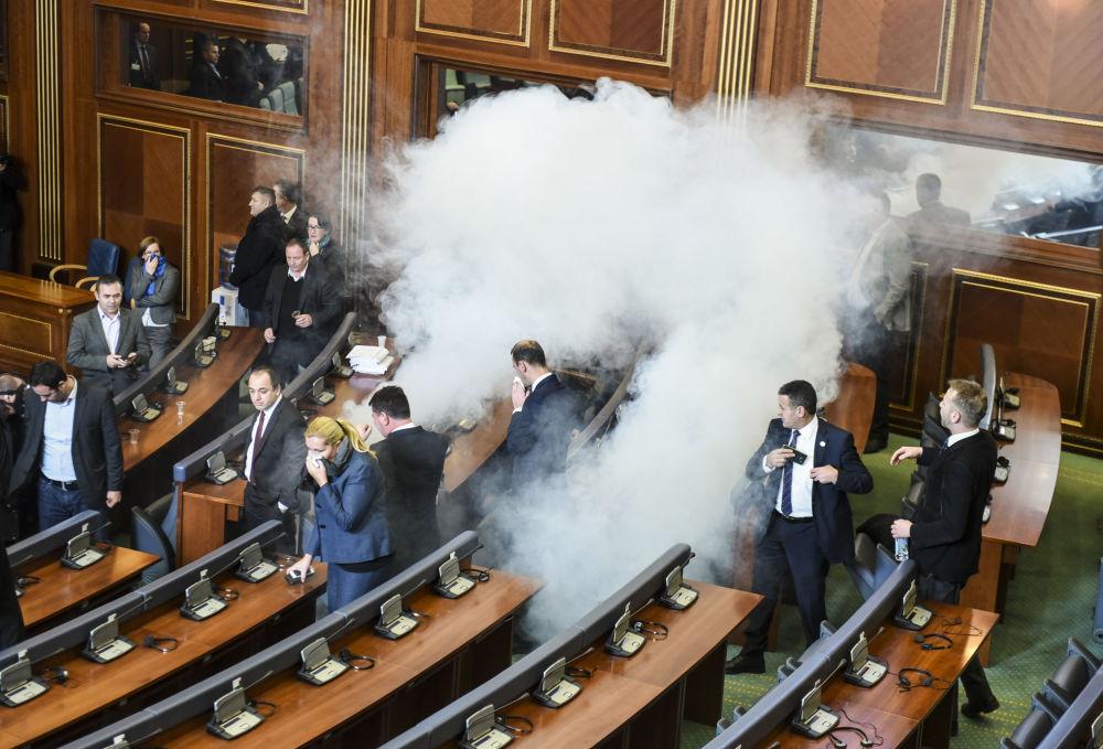 Chmury gazu łzawiącego w parlamencie w Prisztinie, Kosowo