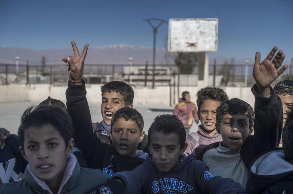 Uczniowie w szkole dla uchodźców w miejscowości Al-Kom w Syrii