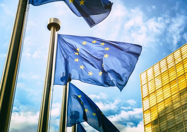 Флаги Евросоюза напротив здания Европейской комиссии в Брюсселе