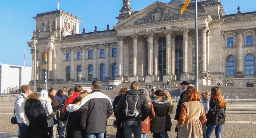 Turyści na tle Bundestagu