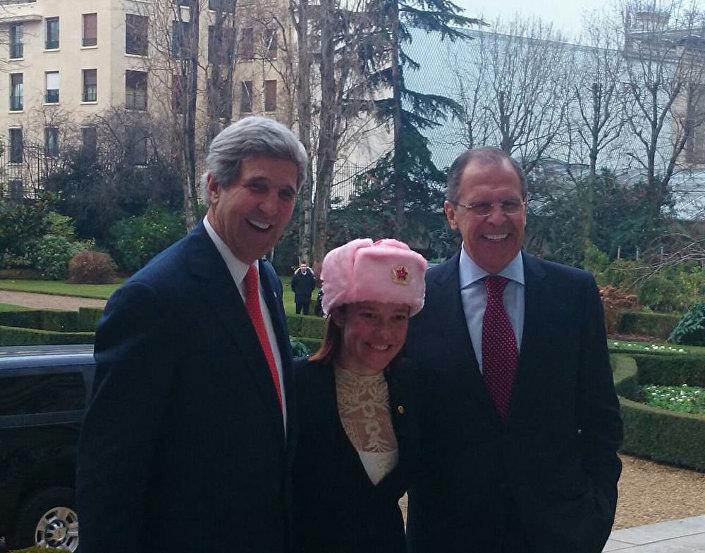 Siergiej Ławrow, Jen Psaki w czapce-uszance i John Kerry na spotkaniu w Paryżu