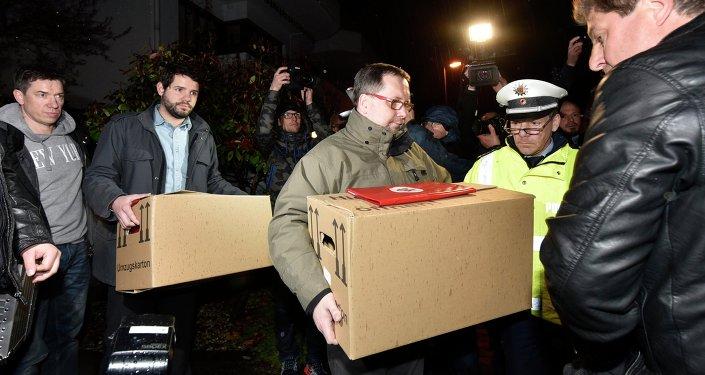 Śledczy wynoszą pudła z mieszkania drugiego pilota Germanwings Andreasa Lubitza w Duesseldorfie.