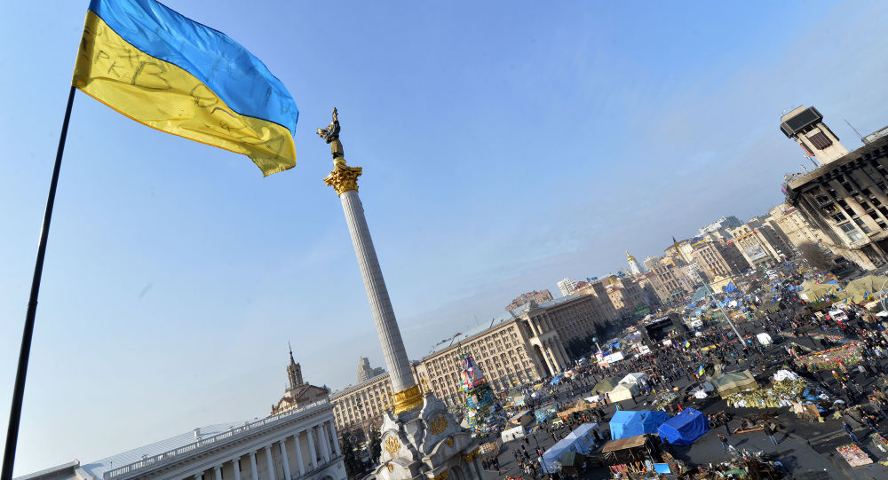 Ukraińska flaga na Majdanie Nezałeżnosti w centrum Kijowa