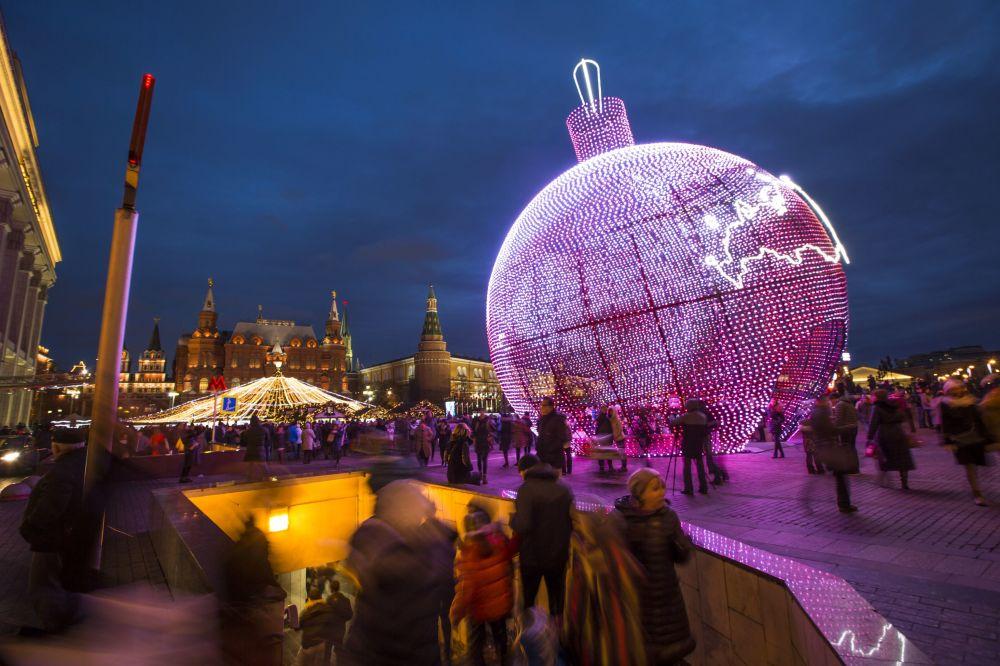 17-metrowa bombka choinkowa na placu Maneżowym w Moskwie