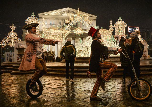 Aktorzy grający w przedstawieniu na Placu Teatralnym w Moskwie