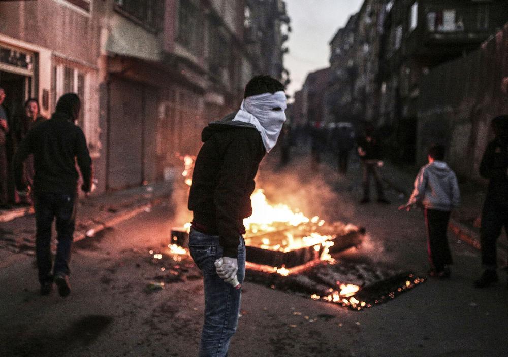 Protestant w masce podczas starcia z turecką policją w Stambule