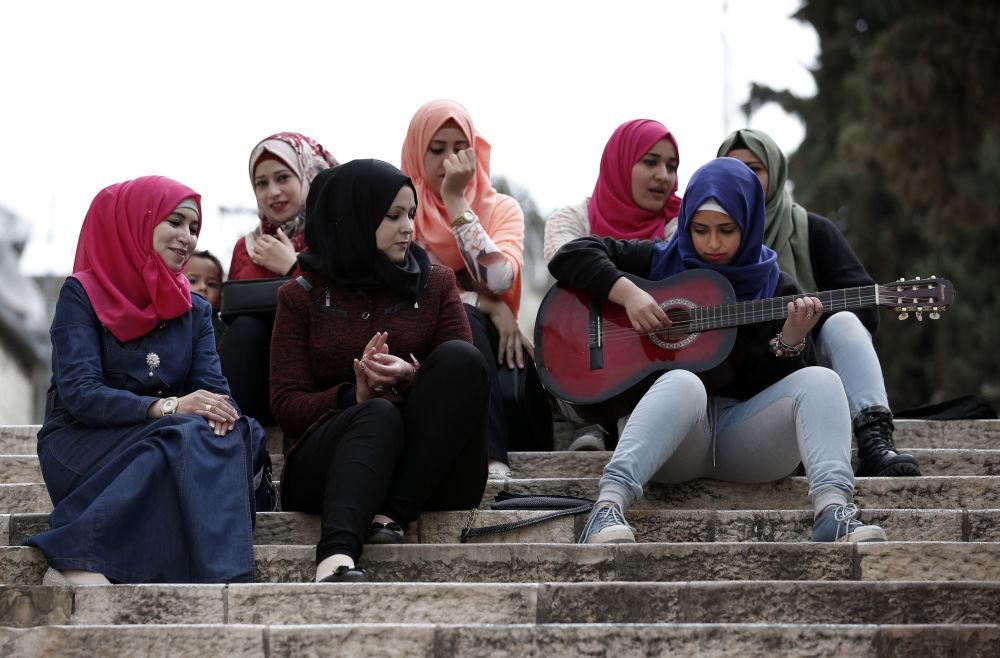 Młoda palestynka gra na gitarze dla koleżanek
