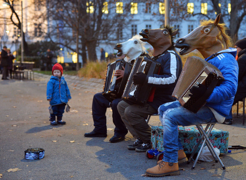 Uliczni muzycy na jarmarku w Wiedniu