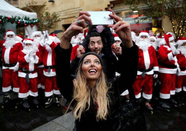 Libańska para robi selfie w Bejrucie
