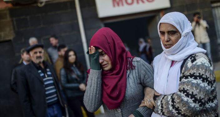 Kobiety płaczące na pogrzebie Mehmeta Tekina, zabitego w rezultacie ofensywy armii tureckiej na kurdyjskich powstańców