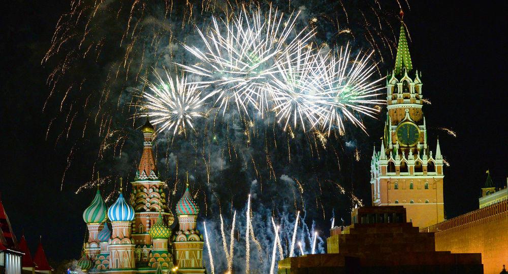 Fajerwerki podczas powitania Nowego Roku na Placu Czerwonym