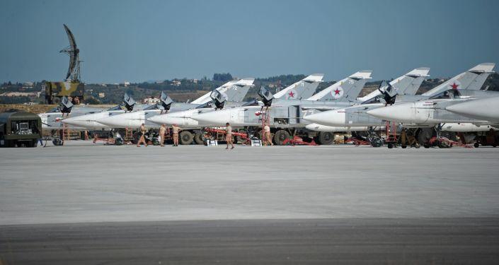 Bombowce Su-24 w rosyjskiej bazie lotniczej Hmelmin, Syria.