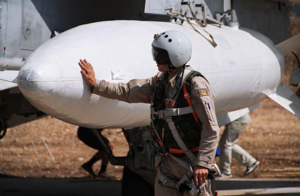 Pilot przed startem z bazy lotniczej Hmelmin w Latakii, Syria.