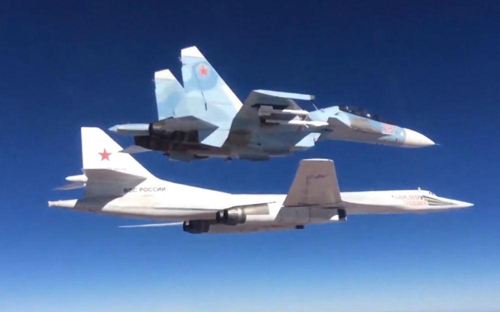 Samolot bojowy Su-30SM ochrania bombowiec Tu-160, który atakuje pozycje Państwa Islamskiego w Syrii.